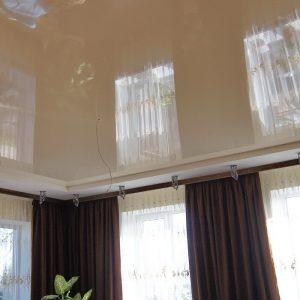 Бежевый гляныевый натяжной потолок в Калуге
