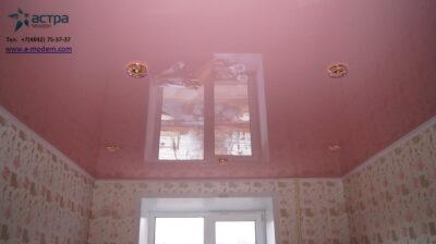 Фотография розового натяжного потолка для спальной комнаты