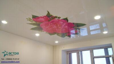 Фотопечать пионы на натяжном потолке