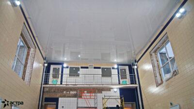 Гляннцевый белый натяжной потолок в бассейне