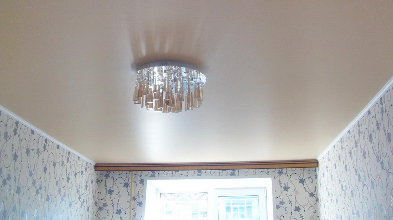 бежевый сатиновый натяжной потолок
