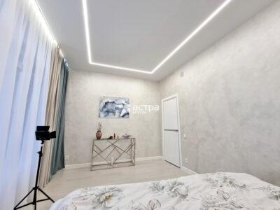 Натяжной потолок в спалне с подсветкой